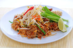 Almofada tailandesa com carne Imagens de Stock Royalty Free