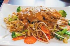 Almofada tailandesa com galinha do nardo Fotografia de Stock