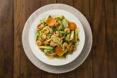 Almofada tailandesa do alimento tailandesa, da fritada da agitação macarronetes com camarão, carne e vegetais foto de stock royalty free