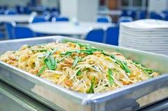 Almofada tailandesa do alimento tailandesa, da fritada do Stir macarronetes com camarão e omeleta fotos de stock royalty free