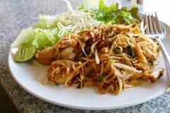 Almofada tailandesa - macarronete tradicional da fritada da agitação de Tailândia fotografia de stock