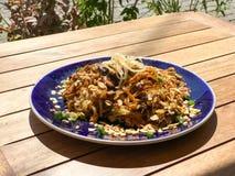 Almofada vegetal do macarronete de arroz do estilo de Tailândia tailandesa com couve, a cenoura, o cogumelo, o amendoim, o ovo e  foto de stock royalty free