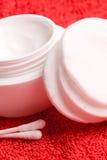 Almofadas de algodão e nata facial Foto de Stock Royalty Free
