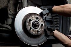 Almofadas de freio do reparo do mecânico de carro Fotos de Stock