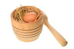Almofariz com o ovo colocado na palha Imagem de Stock Royalty Free
