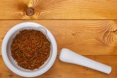 Almofariz culinário com açafrão da especiaria Imagens de Stock
