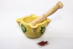 Almofariz da argila com açafrão espanhol Imagem de Stock Royalty Free