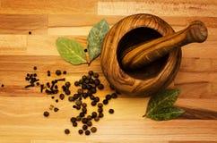 Almofariz de madeira para especiarias imagens de stock royalty free