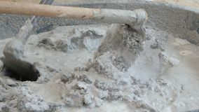 Almofariz de mistura da enxada do uso com água para a construção filme