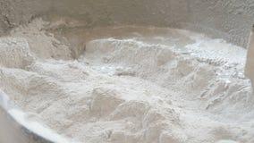 Almofariz de mistura da enxada do uso com água para a construção video estoque