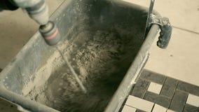 Almofariz de mistura em uma cubeta vídeos de arquivo