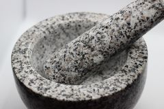Almofariz do granito para a cozinha e as especiarias imagem de stock royalty free