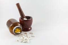 Almofariz e medicina de madeira Imagens de Stock Royalty Free