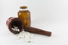 Almofariz e medicina de madeira Fotos de Stock Royalty Free
