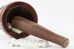 Almofariz e medicina de madeira Fotografia de Stock Royalty Free