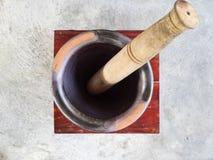 Almofariz e pilão à mão de madeira Imagens de Stock Royalty Free