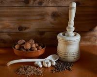 Almofariz e pilão à mão de madeira Imagem de Stock Royalty Free