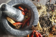 Almofariz e pilão com especiarias Foto de Stock