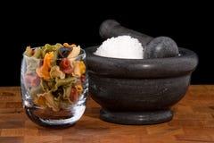 Almofariz e pilão com sal e macarronetes imagem de stock royalty free