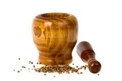 Almofariz e pilão com sementes de coentro Fotografia de Stock Royalty Free