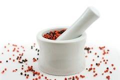 Almofariz e pilão que esmagam a pimenta Imagens de Stock Royalty Free