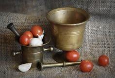 Almofarizes e vegetais velhos fotos de stock royalty free