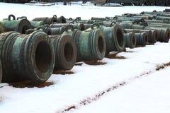 Almofarizes velhos na neve Fotos de Stock Royalty Free