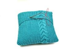 Almohada azul hecha punto Fotos de archivo