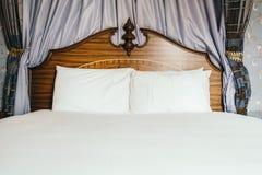 Almohada blanca cómoda hermosa en cama fotografía de archivo