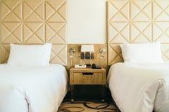 Almohada cómoda blanca en la decoración de la cama en dormitorio del hotel foto de archivo libre de regalías
