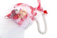 Almohada con los anillos de oro de la pulsera de las gotas Imagen de archivo libre de regalías