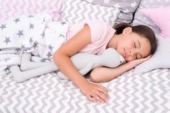 Almohada de cama feliz de la endecha del niño de la muchacha y dormitorio combinado Concepto de la nana Maneras de caer más rápid imagenes de archivo