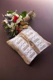 Almohada de la boda del vintage con el anillo y las flores Imágenes de archivo libres de regalías