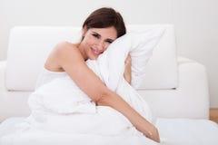 Almohada de la mujer joven Imagen de archivo libre de regalías