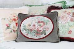 Almohada decorativa en estilo del victorian en la sala de estar, píldora de lujo Fotos de archivo