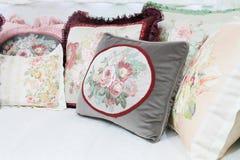 Almohada decorativa en estilo del victorian en la sala de estar, píldora de lujo Foto de archivo libre de regalías