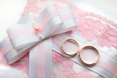 Almohada del anillo de bodas con el arco Imagen de archivo libre de regalías