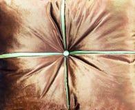 Almohada del terciopelo en el sofá marrón Foto de archivo