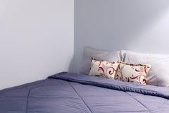 Almohada en dormitorio con la hoja combinada Fotos de archivo libres de regalías