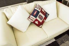 Almohada en el sofá Foto de archivo