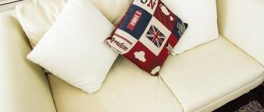 Almohada en el sofá Fotografía de archivo