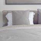 Almohada gris oscuro con la cama cómoda en dormitorio moderno Imagen de archivo