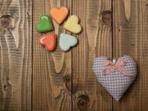 Almohada hermosa del corazón de la materia textil Fotos de archivo