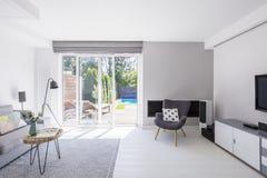 Almohada modelada en la butaca en los wi interiores de la sala de estar espaciosa imagen de archivo libre de regalías