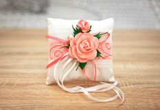 Almohada o amortiguador elegante para los anillos Ceremonia de boda Foto de archivo