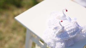 Almohada para los anillos con los cisnes Decoraciones de la boda El casarse en lunes almacen de metraje de vídeo