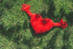 Almohada roja del shepe del corazón Foto de archivo libre de regalías