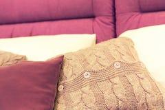 Almohadas agradables en cama del hotel imagen de archivo libre de regalías