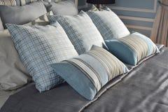 Almohadas azules claras en modelo de diferencia con lecho clásico fotografía de archivo