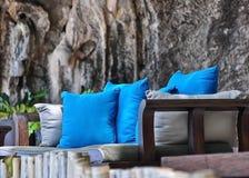 Almohadas azules en banco en parque Imágenes de archivo libres de regalías